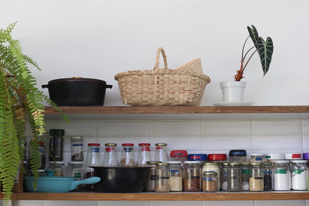 um cesto lindo na prateleira de cozinha mais organizada que eu já vi!