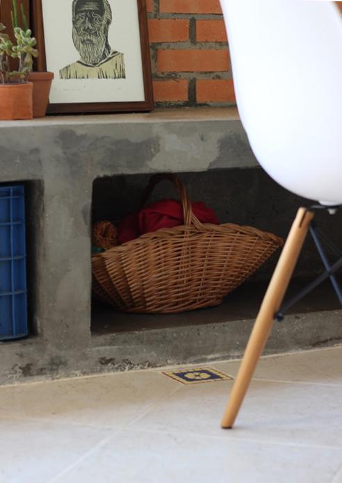 essa fica bem escondidinha, quase ninguém vê que ela está ali. um exemplo dos detalhes que deixam a casa tão gostosa.