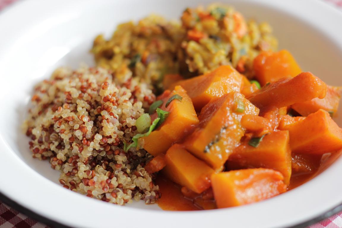 abóbora picante acompanhada de quinoa e bolinhos de arroz