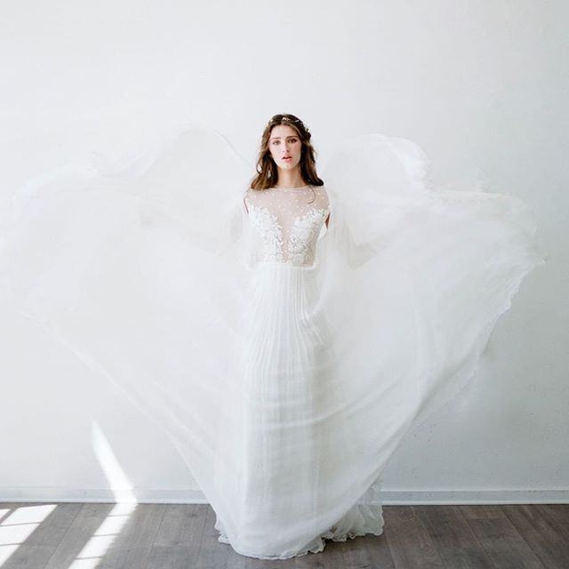 Angelic 🕊 📷: @mylynwoodphoto  MUA: @ckennedybeauty  Model: @rhyan_malia_  Dress: @theenglishdept • • • • • • #TheLightRoomPDX #LightRoomPDX #PDX #PortlandPhotographyStudio #NaturalLight #NaturalLightStudio #PortlandStudio #PhotographyStudio #Portland #PortlandCreates #Portland #Oregon #OregonPhotographer #PortlandPhotographer #PNWPhotographer#Minimalist #PDXPhotography #creativityfound #MoodBoarding #OregonPhotography #MoodBoard #PDXModels #PortraitPhotography #oregonlife
