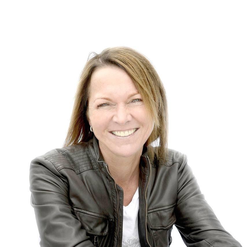 Cecilie Staude    Hvem er du?  Jeg heter Cecilie Staude og jobber til daglig som høyskolelektor i kommunikasjon og markedsføring på Handelshøyskolen BI i Nydalen. I tillegg til å være sammen med studenter og holde på med faglige prosjekter på skolen, jobber jeg mye med kurs og foredragsvirksomhet for bedrifter, organisasjoner, politikere osv. Det gir meg masse nye kunnskap og er utrolig inspirerende. Derfor elsker jeg jobben min!   Hva brenner du for?  Brenner for kommunikasjon og bruk av sosiale medier - kanaler som gir oss fantastiske muligheter hvis vi bruker dem riktig!   Hva kan du bidra med i i stiftelsen?  Jeg gleder meg til å ta att på jobben som styremedlem! Egne mediekanaler som, Facebook, Twitter og Instagram, gir oss i Sunnaasstiftelsen muligheter til å nå bredere ut med det vi står for og holder på med, Med min kompetanse innen feltet, håper jeg å kunne bidra til økt synlighet om stiftelsens arbeid gjennom bedre forankring av sosial mediebruk.   Hva gjør du på fritiden?  For meg flyter jobb og fritid litt over i hverandre, og jeg liker å ha det sånn. Som mange andre er også jeg glad i å trene og holde meg i form og jeg liker også å bake. I tillegg har jeg fire barna som jeg elsker over alt på jord!