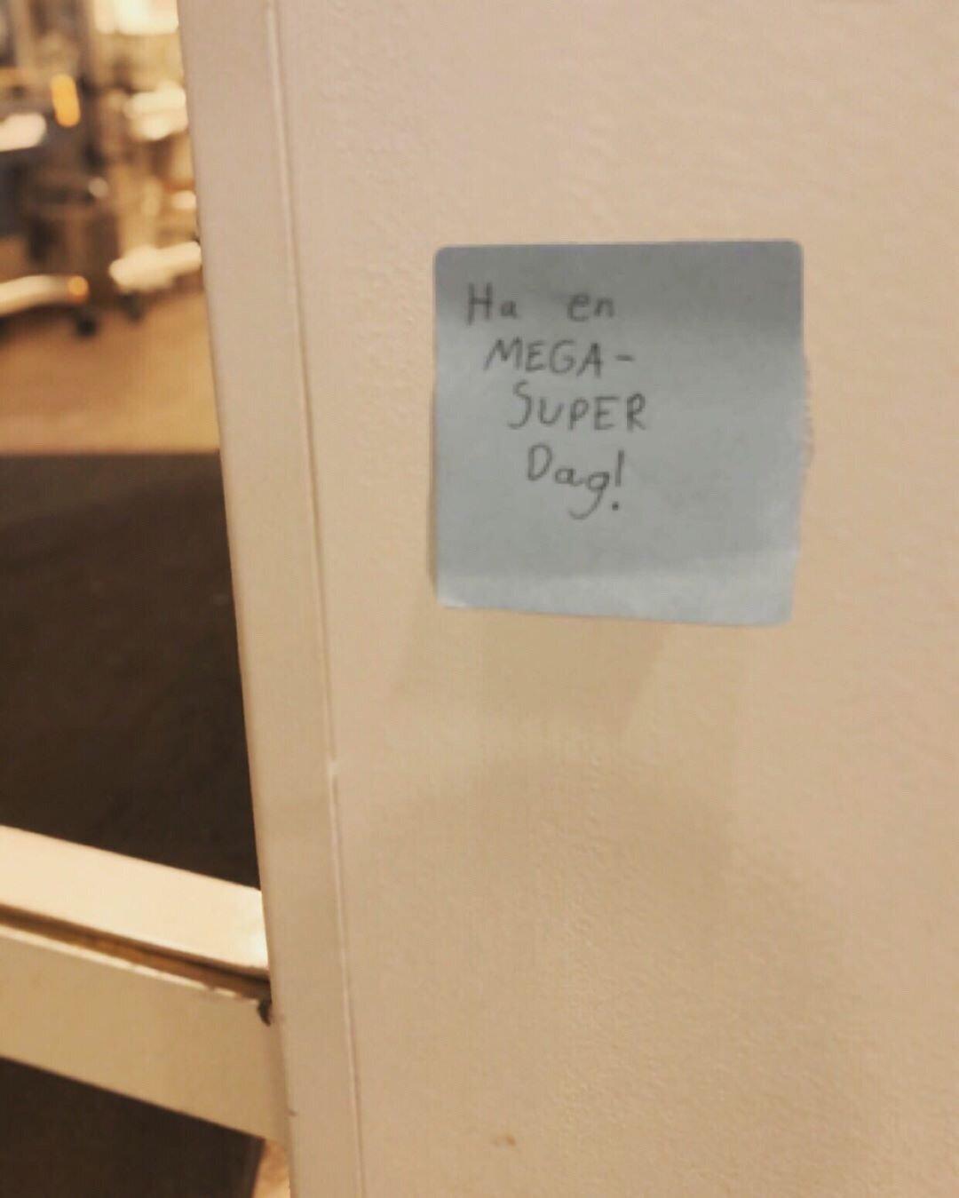 Julie skrevet lapper og hengt i gangene på Rikshospitalet.JPG
