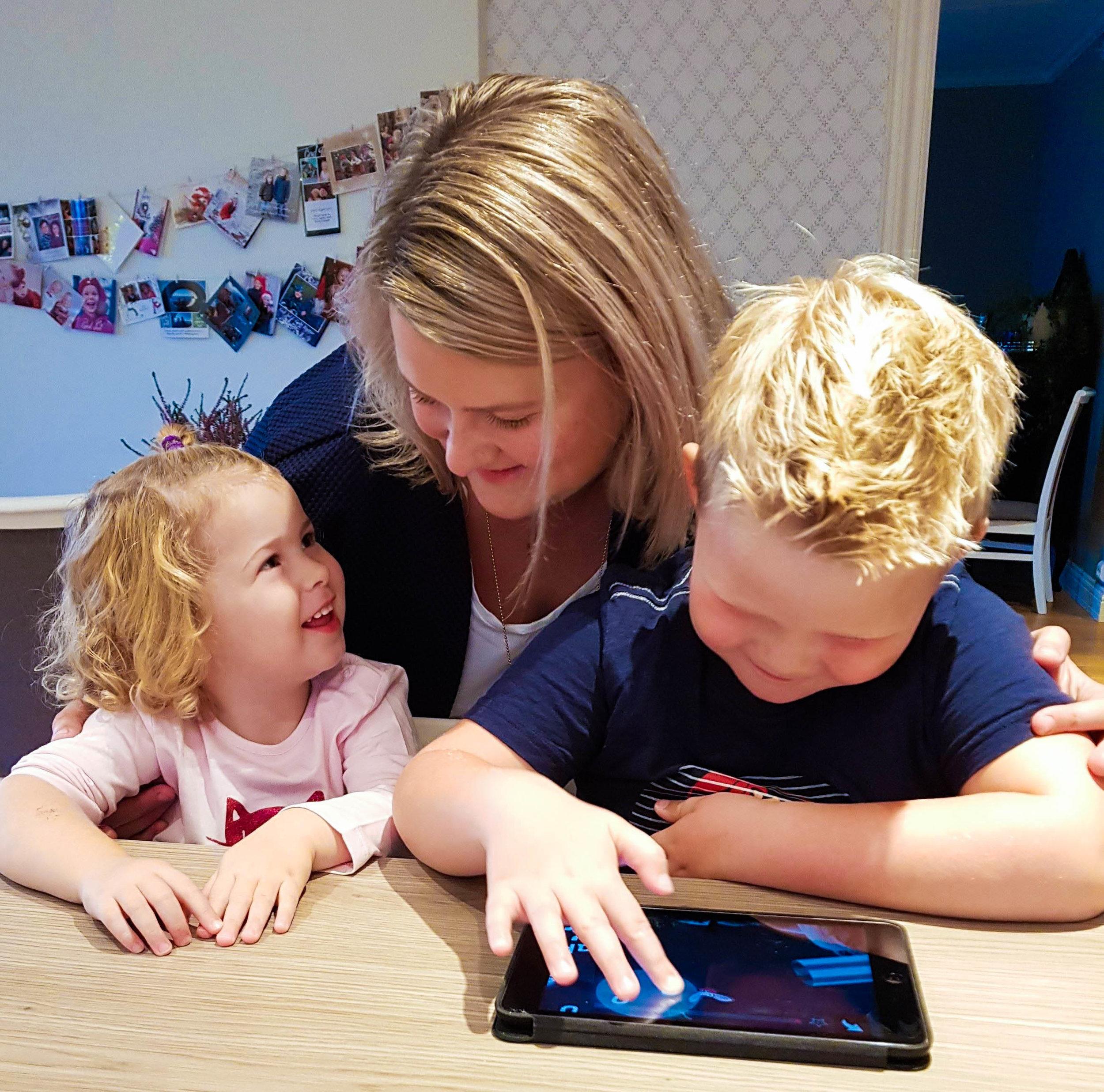 Ofte spiller også Hege, Oscar og lillesøster lesespillet Poio sammen. Foto: Privat.