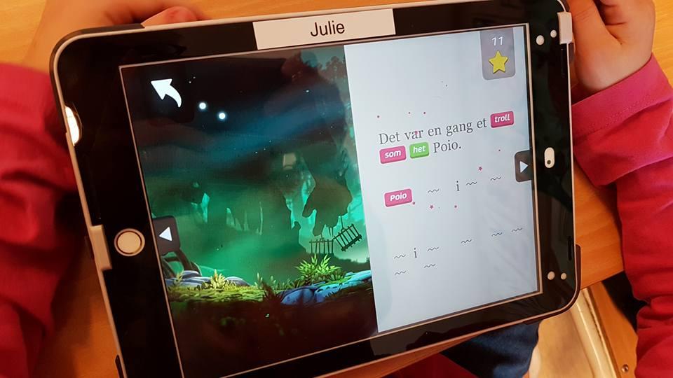 Ettersom de finner og lærer bokstaver og ord, former barna en bok inne i lesespillet Poio.