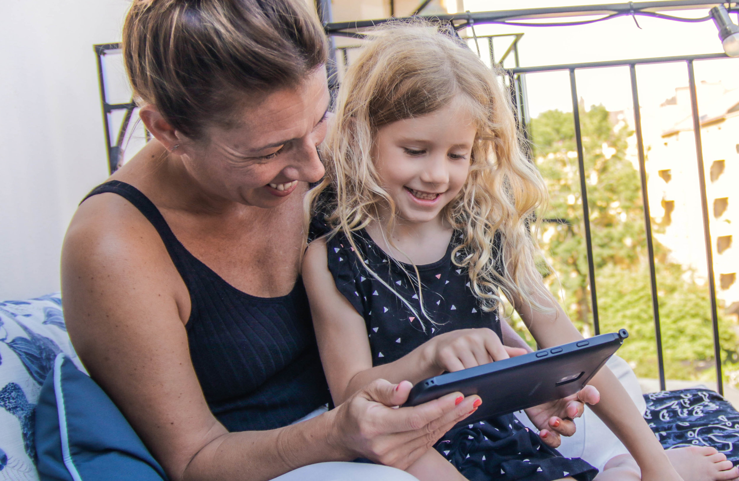 Dolores og datteren Bibbi har gjort lesetreningen til kvalitetstid med lesespillet Poio.