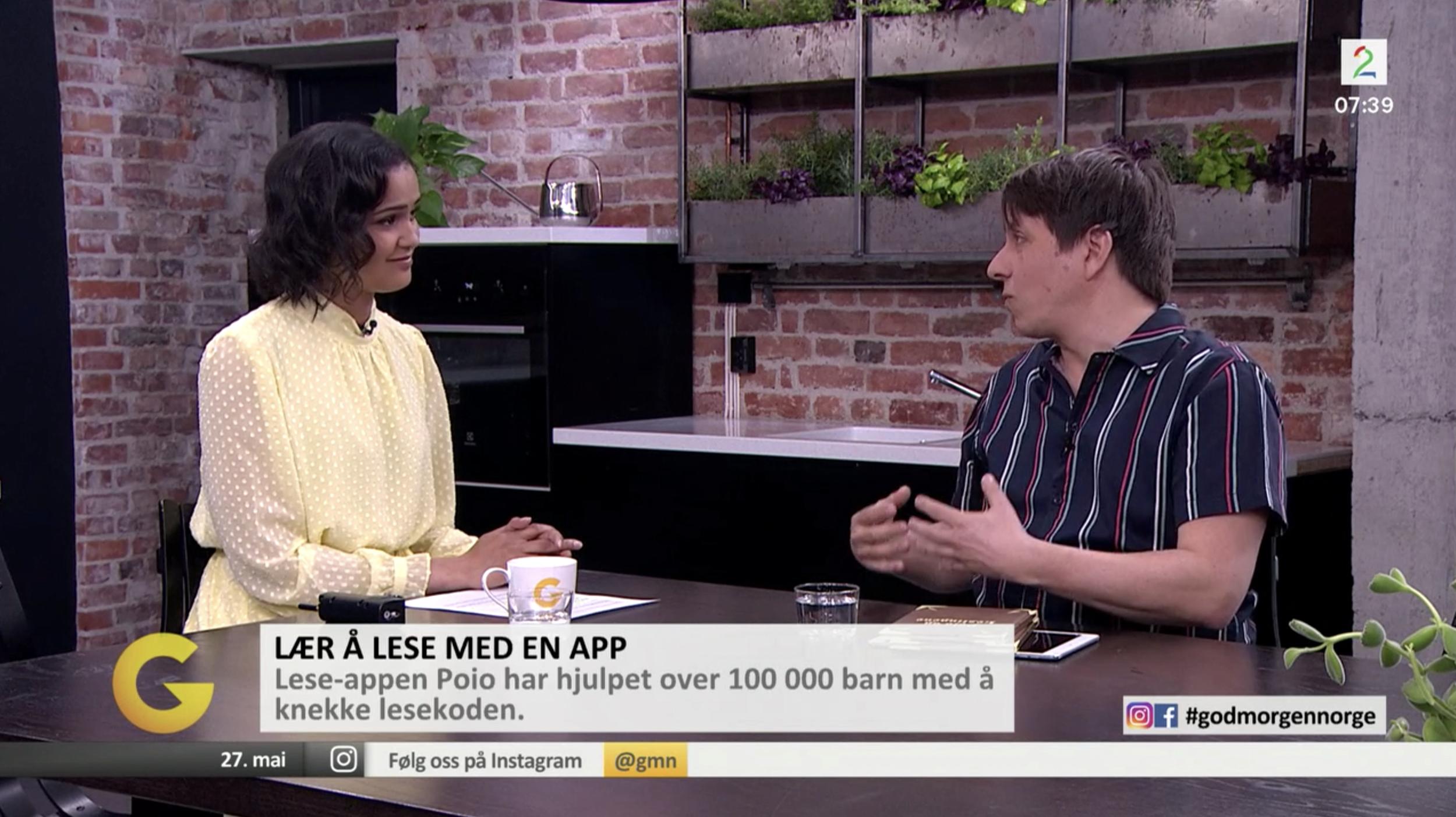 Daniel Senn (t.h.) forteller programleder Desta Marie Beeder om lesespillet Poio.  (Foto: God Morgen Norge / TV2)