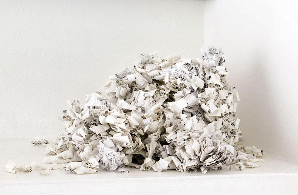 SANS ÉTIQUETTES. 2019. Étiquettes / labels. 30 x 30 x 20 cm  Vue de l'exposition / exhibition view. Nothing Personal. Maac, Bruxelles / Brussel (BE)