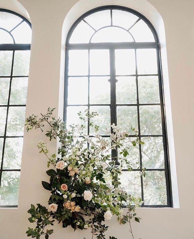 Every window deserves beautiful flowers 🌸 #edelweissdesignhouse #afewofourfavoritethings #florals . . . #EDHfloral #EDHweddings #florist #weddingphotography  #vsco #thatsdarling #engaged #bride #marthastewartweddings #southernbride #southernweddings #alabamaweddings #destinationwedding #theknot #thehappynow #pursuepretty #travel #oncewed #flashesofdelight #beautifulmatters #liveunscripted #florals #bridal #flowers #weddingdecor #wedding
