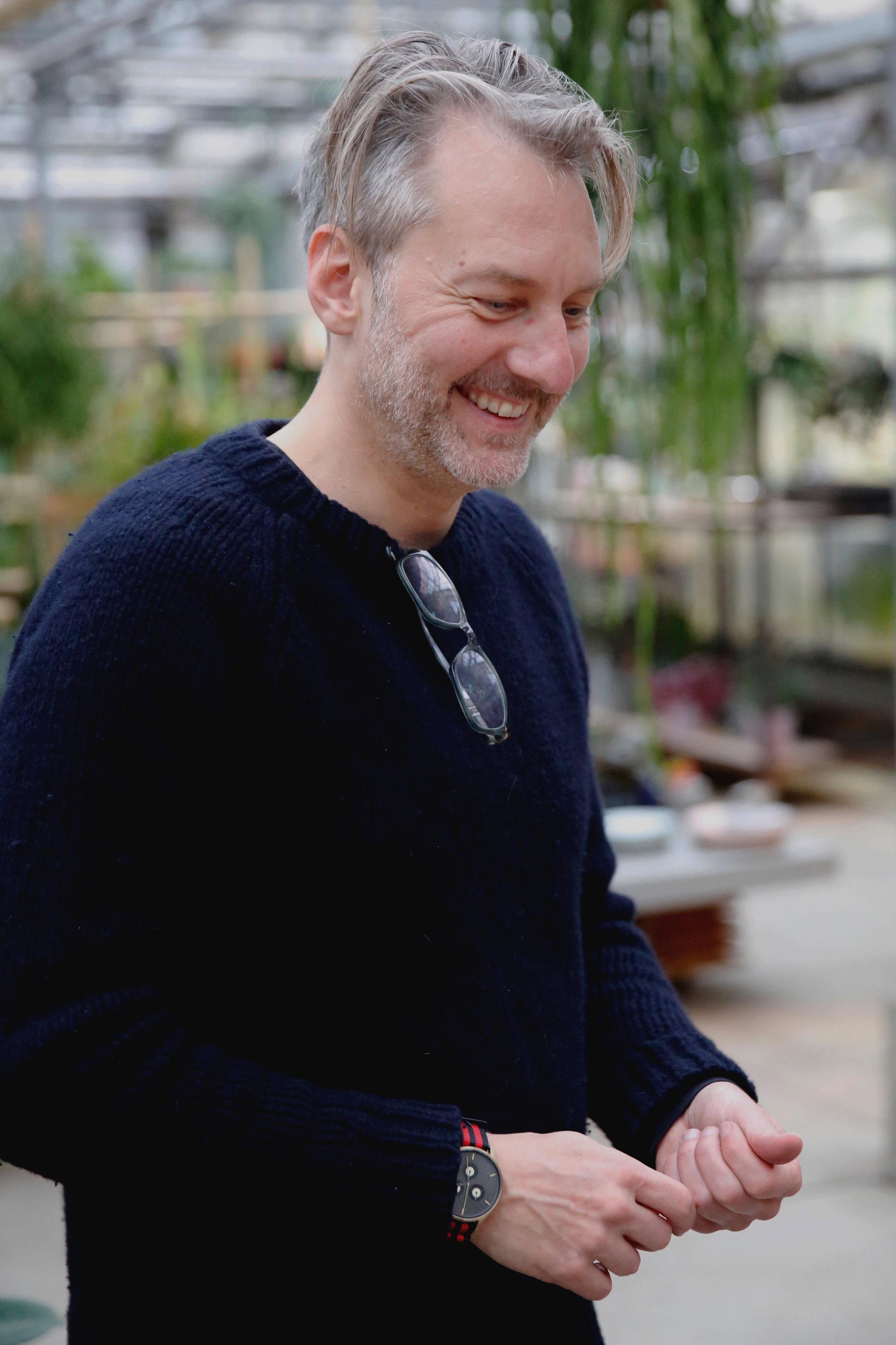 Kurt   fotograaf (& sporadische winkelhulp) - Kurt is, naast de 'vriend van', vliegvisser en fotograaf. Verenigd in de liefde voor natuur en de schone kunsten leent hij zich regelmatig voor kiekjes van de winkel en verzorgt hij prachtige plantportretten met een artistieke invulling. Maar dat doet hij vooral als een daad van liefde. Liever dan dat reist hij voor zijn autonoom werk België en Nederland door om in samenwerking met archeologen en geologen op zoek te gaan naar het verloren landschap. Deze sympathieke Vlaming verzorgt ook de zeer populaire cyanotypie-workshops bij How are you growing? en helpt Karima in de winkel als zij weer eens veel hooi op haar vork heeft. Hij vindt de Dicksonia antarctica fascinerend, omdat deze meer dan 400 jaar oud kan worden en al lang op deze planeet groeide voor de eerste mens verscheen.