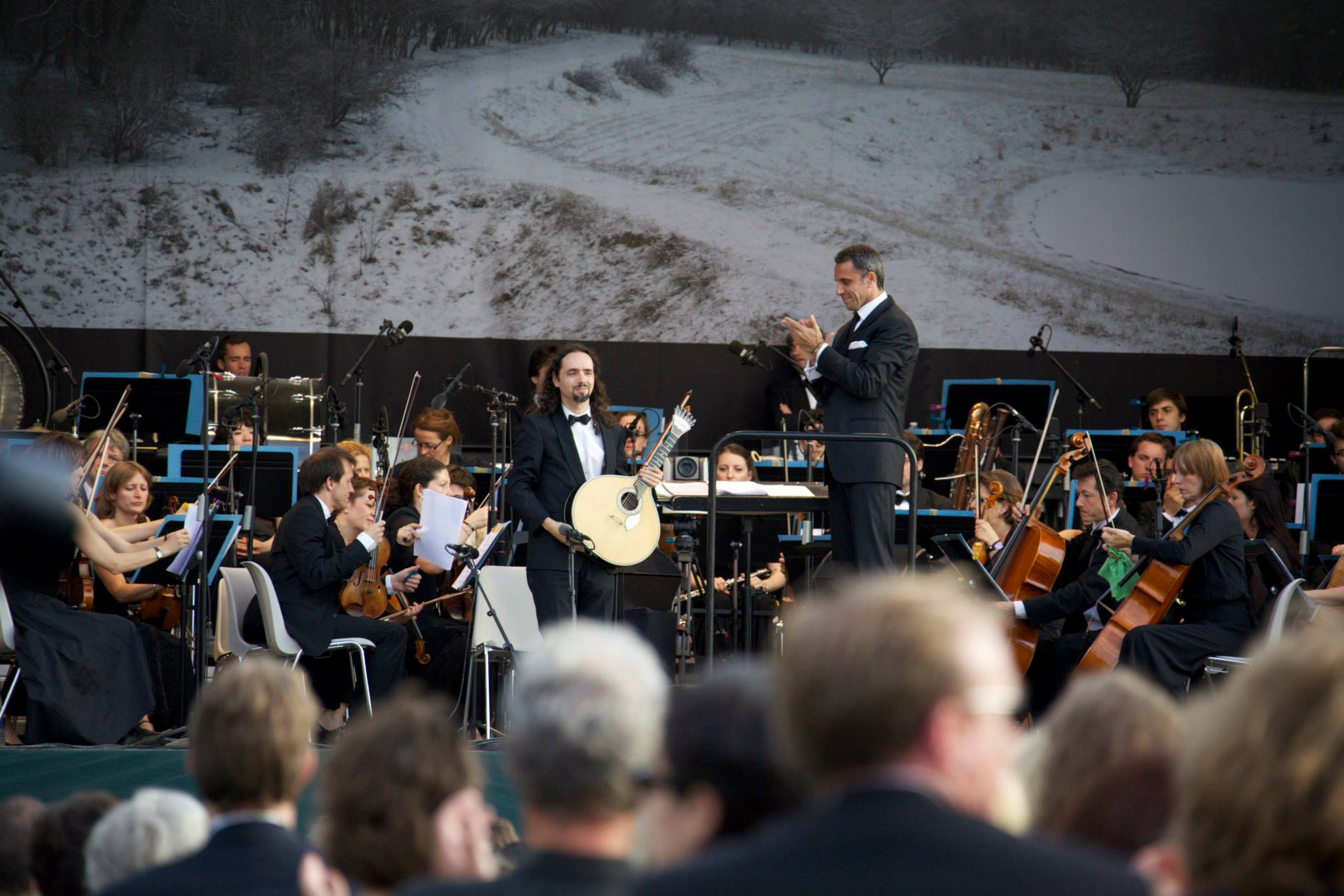 da Silva performing with Orchestre Lamoureux at the Jardin des Tuileries of the Louvre Museum in Paris