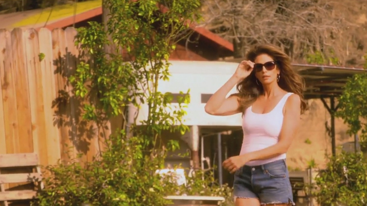cindy-crawford-recreates-pepsi-commercial-with-james-corden-07.jpg