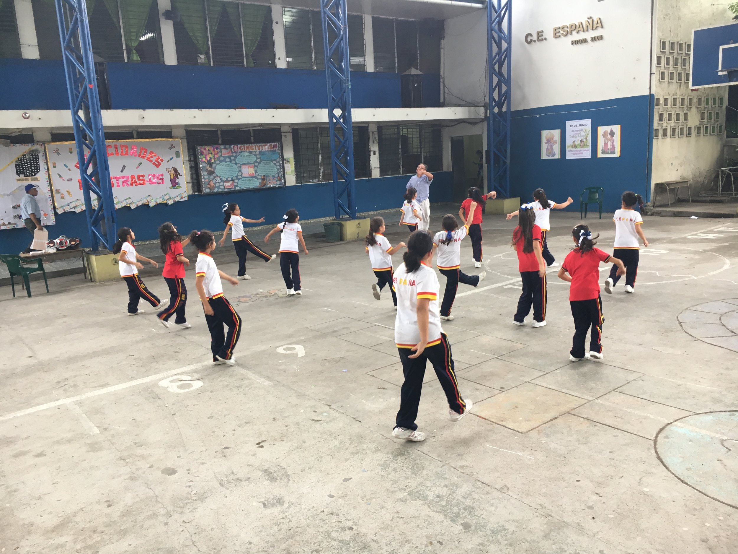 We loved watching the dance class the girls at España were doing during school!
