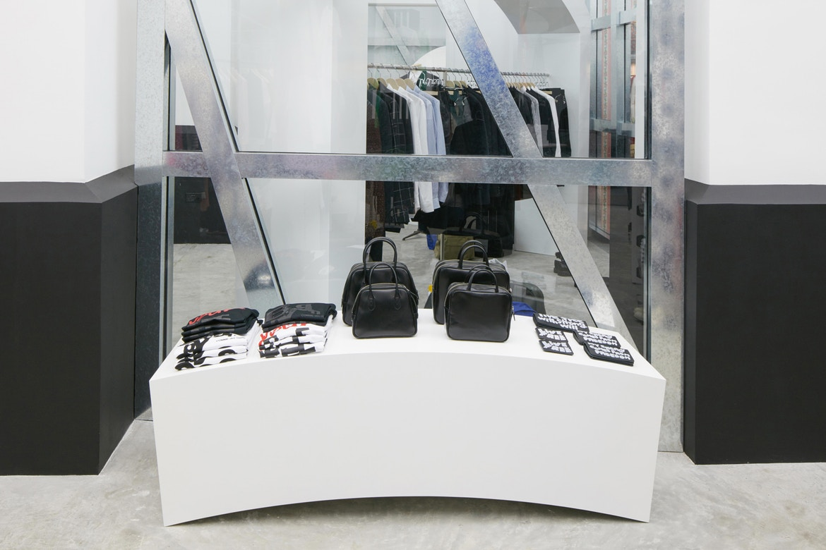 http-%2F%2Fhypebeast.com%2Fimage%2F2017%2F07%2Fdover-street-market-singapore-store-inside-pictures-23.jpg