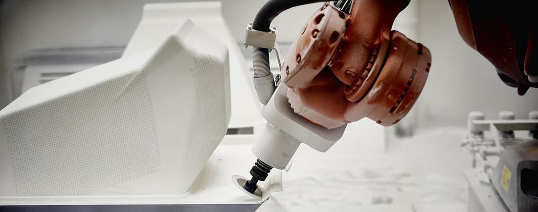 Pour page Tech/spec : Centre usinage 5 axes pour le détourage robotisé de chaque pièce moulée.