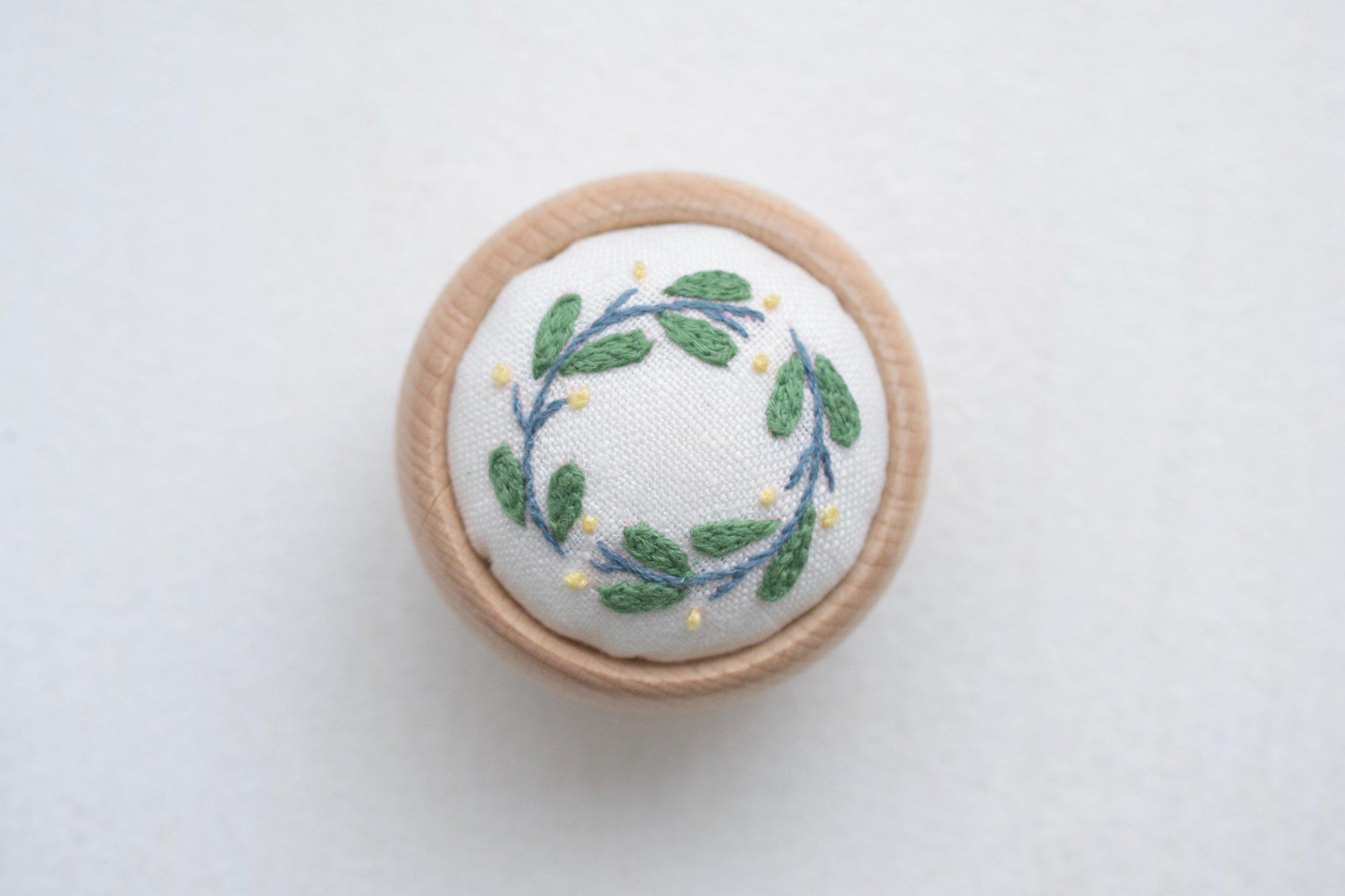 草花の刺繍 ピンクッション<br> ¥1,790