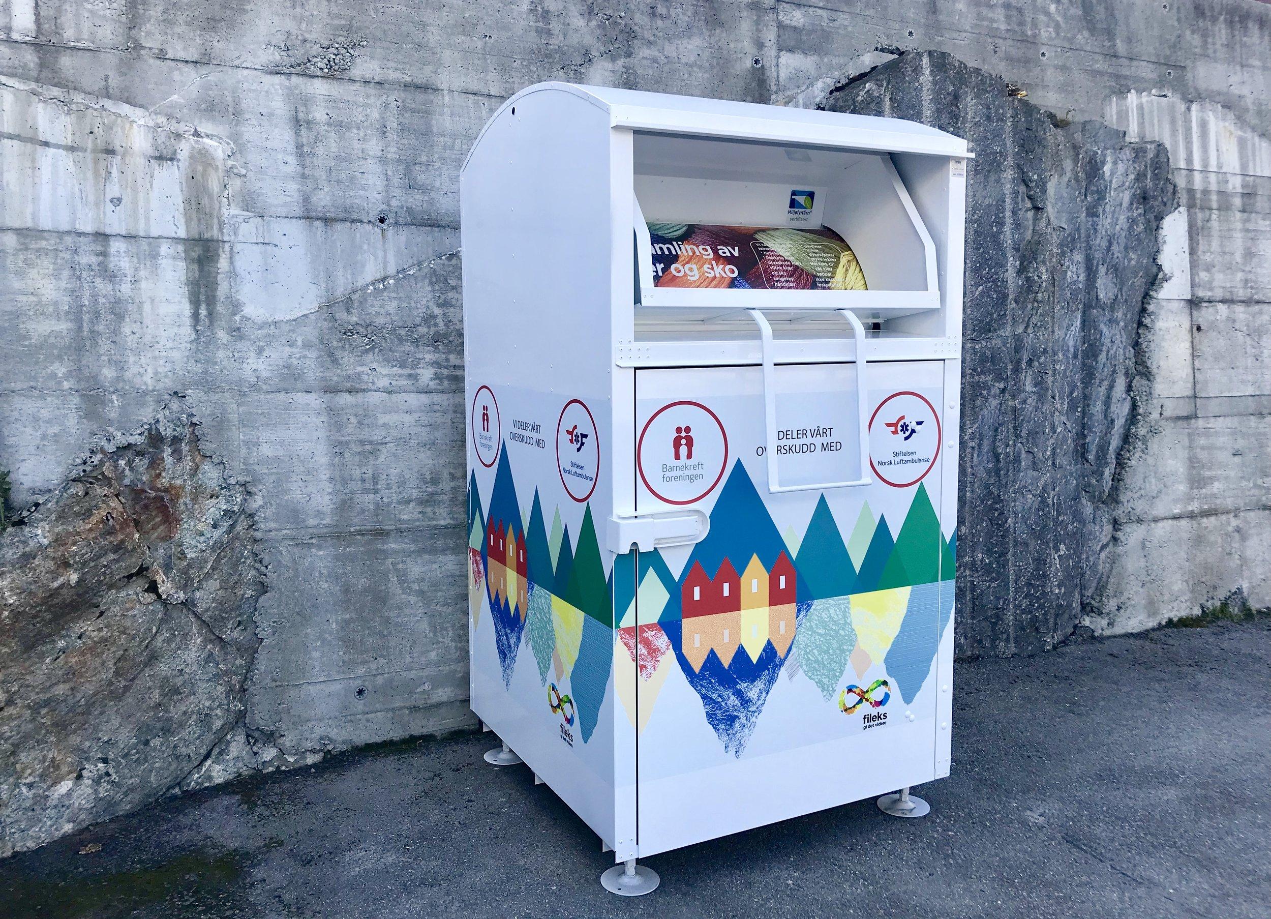 Klescontainer for innsamling av brukte tøy, sko og tekstiler.