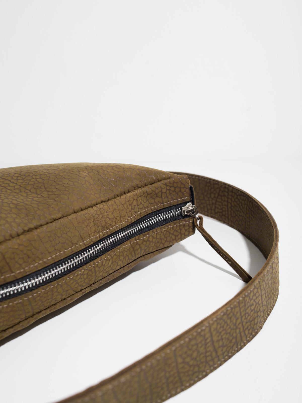 Style & Qualität - Bei meinen Designs stehen immer zwei Dinge im Fokus, Minimalismus und Funktionalität. Da meine Handtaschen aus echtem Leder gefertigt werden, sollen die Designs möglichst zeitlos sein, um so sicherzustellen, dass du sie über viele Jahren hinweg benutzen wirst.Bei den verwendeten Materialien ist mir die höchstmögliche Qualität besonders wichtig.Das Leder beziehe ich ausschließlich von europäischen Gerbereien und bei der Produktion versuche ich so wenig Müll wie möglich zu verursachen.Aus diesem Grund wird deine Tasche auch erst produziert, nachdem du sie bestellt hast.