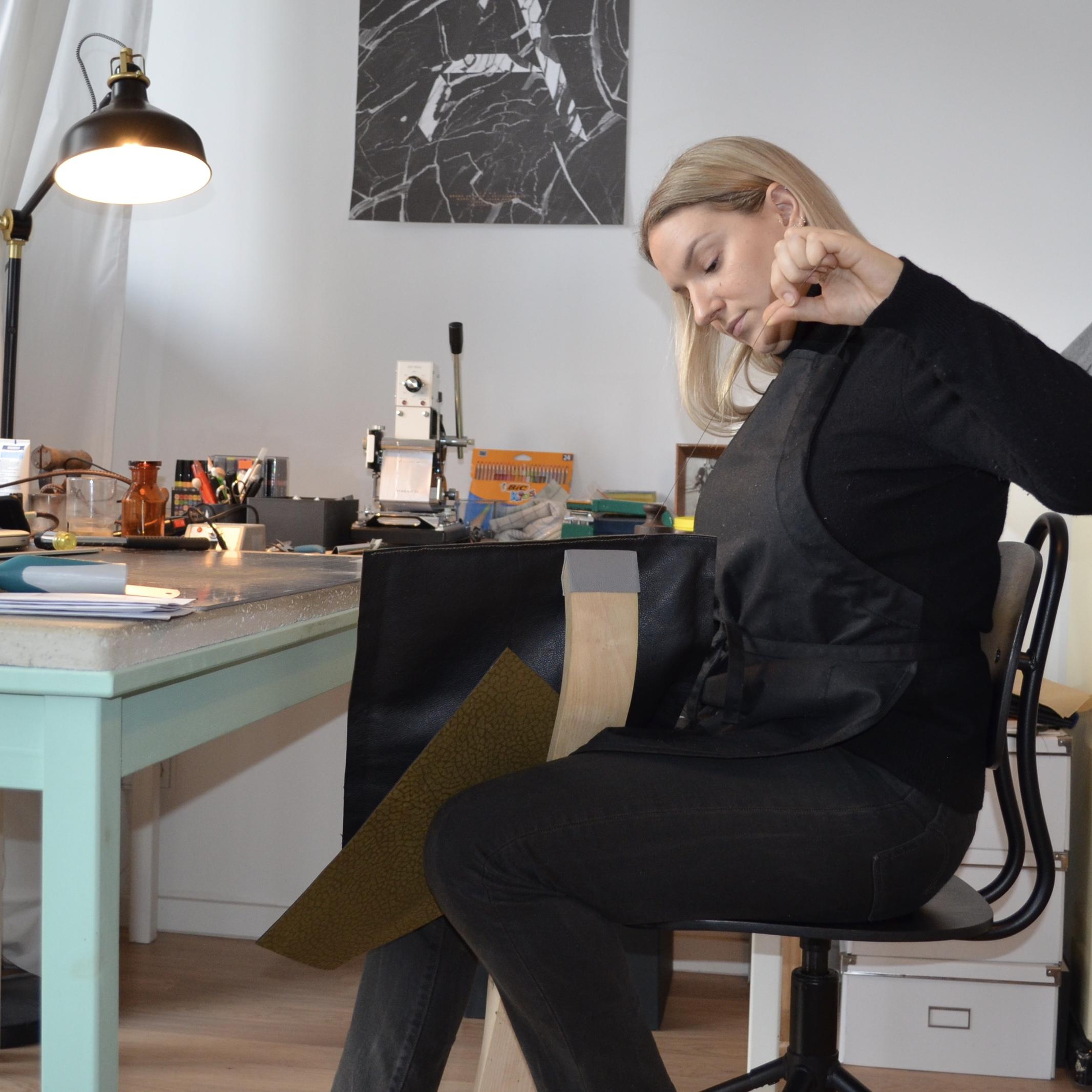 Handgefertigt in Deutschland - Wenn wir Mode und Accessoires kaufen vergessen wir häufig zu hinterfragen, woher die Produkte stammen und wer die Menschen sind, die sie für uns herstellen.Alle meine Produkte werden zu 100% von mir, in Deutschland gefertigt. Hierfür verwende ich die althergebrachten Methoden der französischen und italienischen Meister. So kann ich die bestmögliche Qualität für meine Produkte sicherstellen.Mehr zu den von mir verwendeten Methoden findest du auch auf meinem Blog.