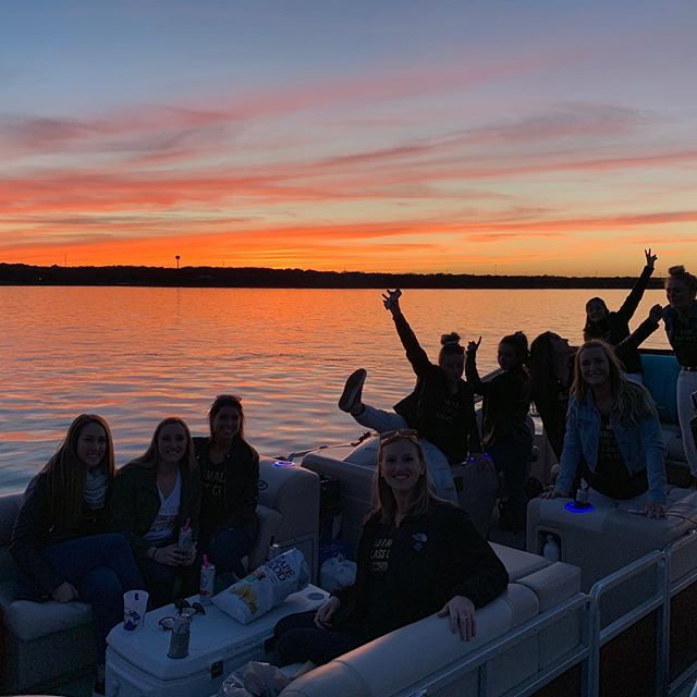 🚨We have a shared Airbnb style 3 hour sunset cruise going out this Friday! Forecast says sunny and 75! Message us for details 📲