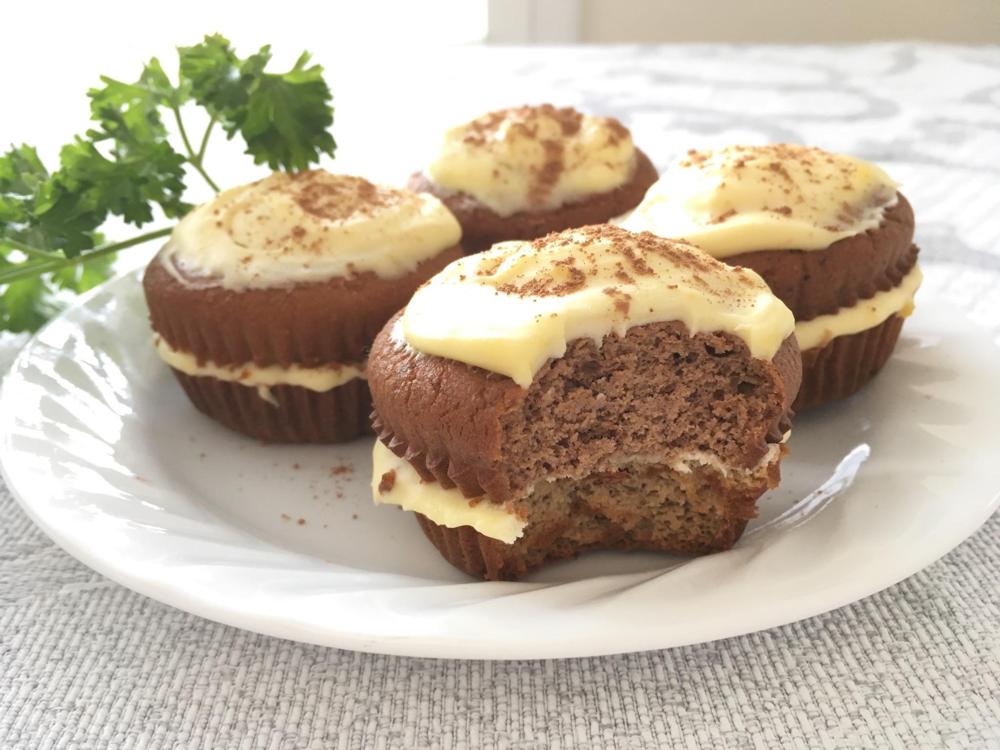 提拉米蘇杯子蛋糕 (12份)    準備以下A,B,C,D部分    A. 巧克⼒起司  杯子蛋糕    材料:     1.6  份  杯子蛋糕模及襯紙     2.低醣蛋糕粉 60g (1/2杯)     3.  無糖可可粉 2.5 ⼤匙 (16克)     4. 奶油起司 (cream cheese) 4盎司 (1/2 盒)     5. 鮮奶油 3⼤匙     6.  蛋 2個      7. 椰⼦油 3 ⼤匙     8. ⾚藻糖醇 1⼤匙 (選擇性)    作法:     1. 將  6份  杯子蛋糕模放上襯紙。     2. 烤箱預熱175度C(350度F) 烤箱內放入⼀碗⽔。     3. 將材料2~8混合均勻倒入烤模。     4. 入烤箱烤35分鐘,或直到中央部分用牙籤插入不沾黏為  ⽌。     5. 取出放涼10分鐘後脫模。     6. 繼續於室溫中冷卻。    B. 咖啡起司  杯子蛋糕    材料:     1.6  份  杯子蛋糕模及襯紙     2.低醣蛋糕粉 60g (1/2杯)     3.  即溶咖啡粉 3⼩匙     4. 奶油起司 (cream cheese) 4盎司 (1/2 盒)     5. 鮮奶油 3⼤匙     6.  蛋 2個      7. 椰⼦油 3 ⼤匙     8.⾚藻糖醇 1⼤匙 (選擇性)    作法:     1. 將  6份  杯子蛋糕模放上襯紙。     2. 烤箱預熱175度C(350度F) 烤箱內放入⼀碗⽔。     3. 將材料2~8混合均勻倒入烤模。     4. 入烤箱烤35分鐘,或直到中央部分用牙籤插入不沾黏為  ⽌。     5. 取出放涼10分鐘後脫模。     6. 繼續於室溫中冷卻。    C. 提拉米蘇醬    材料:     1. 鮮奶油 100g     2. 香草精 1/2 ⼩匙     3. 馬斯卡朋起司 (Mascarpone cheese) 1盒(8盎司/盒)     4. 蛋黃 3個     5. 赤藻糖醇1⼤匙     6. 液體甜菊糖3~5滴調整甜度    作法:     1. 將鮮奶油⽤電動攪拌棒打發,放入冰箱冷藏備用。     2. 蛋黃加入香草精和⾚藻糖醇,以巴斯德低溫消毒法  隔⽔加熱,持續不斷地攪拌使之發泡,直到蛋液變成濃稠  狀便立即離火。  離火之後繼續攪拌5分鐘避免結塊。     3. 蛋黃和1盒馬斯卡朋起司混合均勻,放涼後再取出  打發的鮮  奶油,分次加入與之混合,  調整稠度勿使其流動。     4. 最後再⽤液體甜菊糖調整甜度。    D.⽣巧克⼒粉 (  cacao powder) 少許  。      組合蛋糕     1. 將每個咖啡蛋糕及巧克⼒杯子蛋糕都由腰部橫切為二,塗抹提拉米蘇醬在底部的蛋糕  作為夾層,重新組合兩種口味蛋糕,頂部塗抹剩餘的提拉米蘇醬。     2. 整個蛋糕入冰箱冷藏3小時或隔夜  。     3. 食⽤前2⼩時取出蛋糕,撒上⽣巧克力粉做裝飾  。