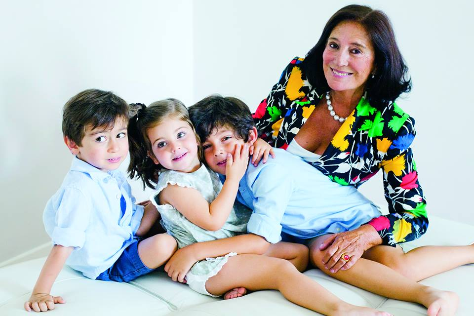 Fotografía por Julieta E. de Zulueta para Pasarela de Asfalto. En imagen, Maribel de Ortiz, Vincondesa de Garci-Grande junto a sus nietos.