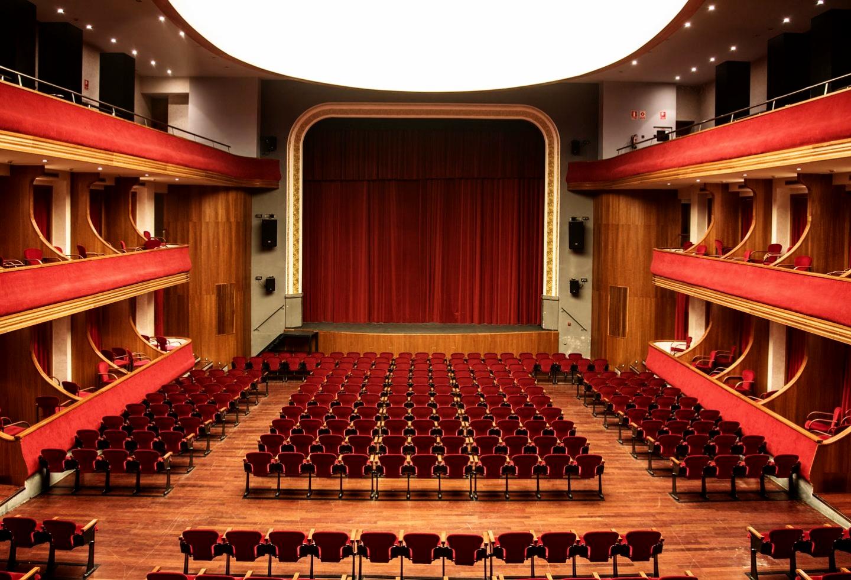 """El  """"Teatre L'Amistat""""  de Mollerussa, es el recinto en el que se enmarca el Concurso Nacional de Vestidos de Papel, un lugar contiguo al museo de una gran amplitud y vistosidad."""