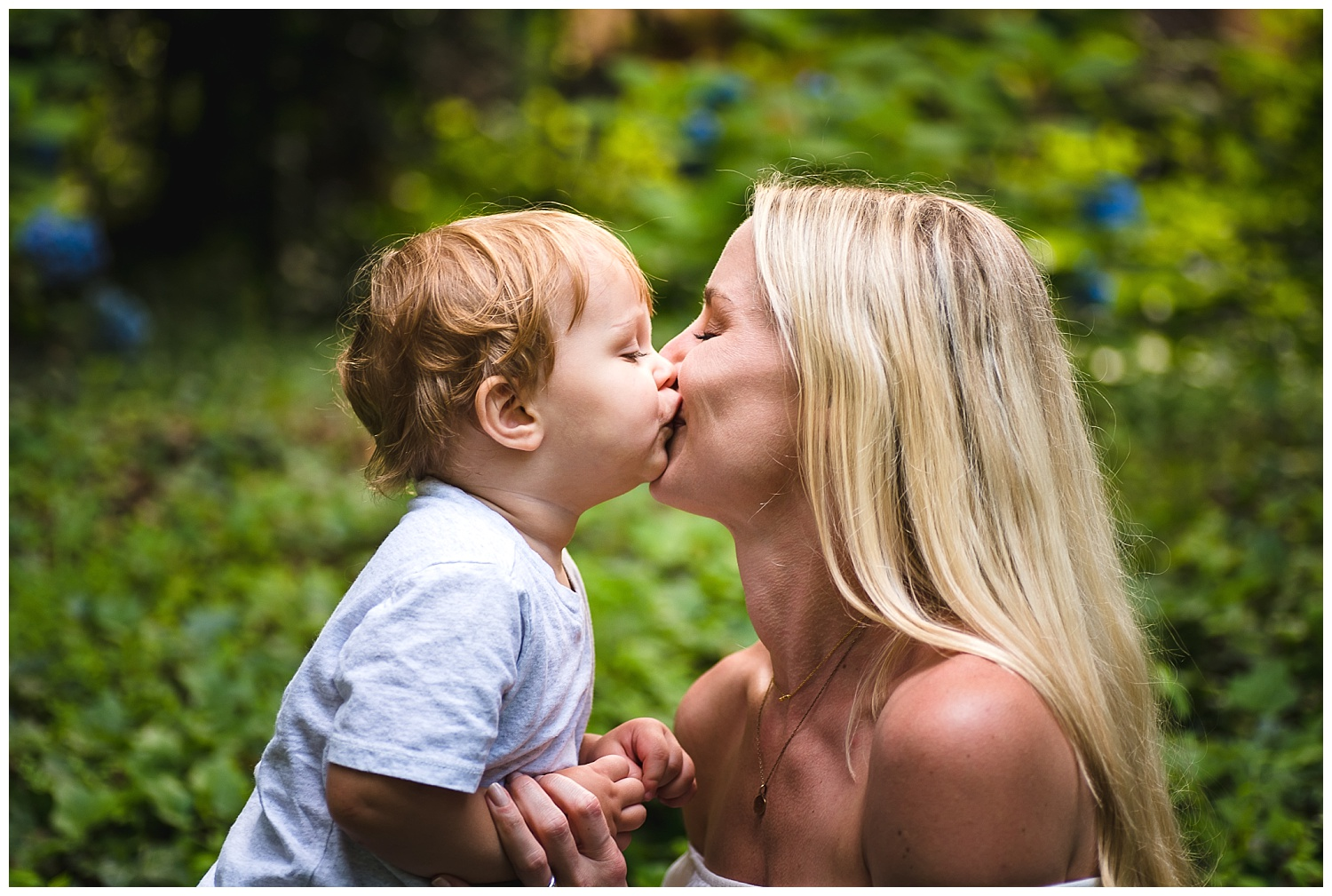 mom-kissing-toddler-family-photos