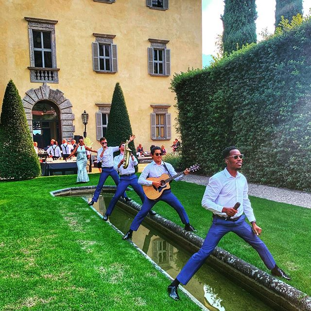 Who needs a stage?! #thefunctionband #functionband #tfb #fullyfunctioned #global #international #jetsetters #italy #lakecomo #weddingsabroad #djlive #villa #villabalbiano #acousticguitar #sax