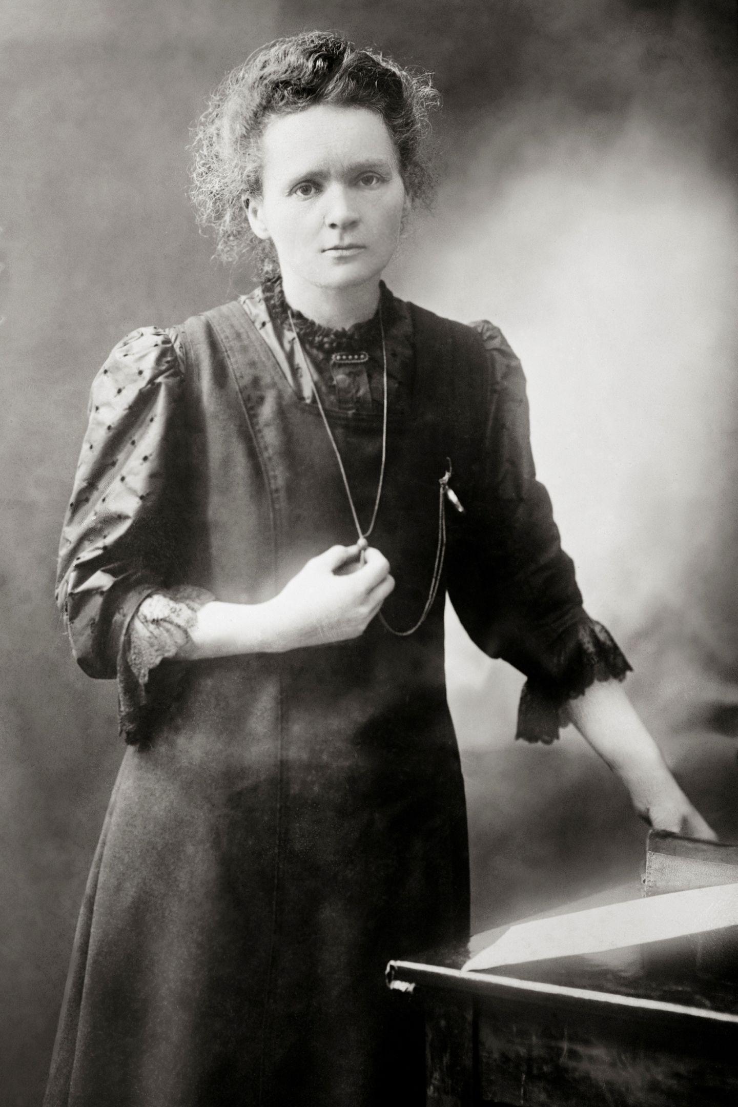 Marie_Curie_c._1898.jpg