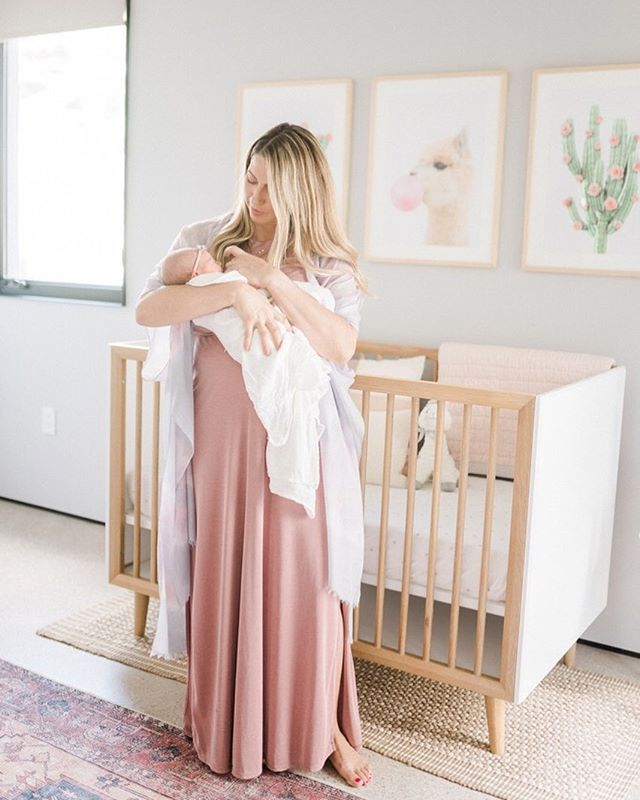 How perfect does mama look in this adorable nursery ⋒