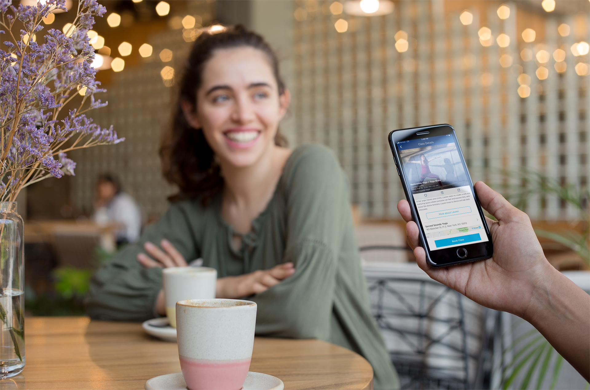 space-gray-iphone-8-plus-mockup-featuring-a-man-with-a-girl-at-a-coffee-shop-a21265.png