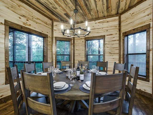 Family dinners, game nights, happy hour, and deep conversations are 👌🏼 at Rustic Mountain Lodge's large dining table. It seats 10 and the oversized island next to it seats another 6. #RusticMountainLodge #rusticluxurycabins #rusticluxurycabin #brokenbow #beaversbend #brokenbowoklahoma #beaversbendstatepark #hochatown #hochatime #glamping #cabininthewoods #mccurtaincounty #travelok
