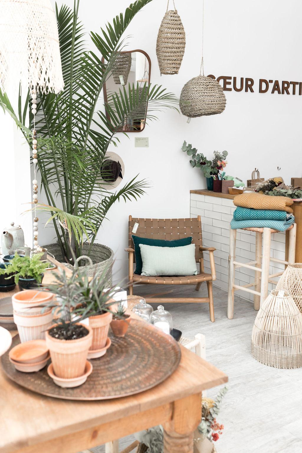 chaise cuir et bambou pot fleur miroir.jpg