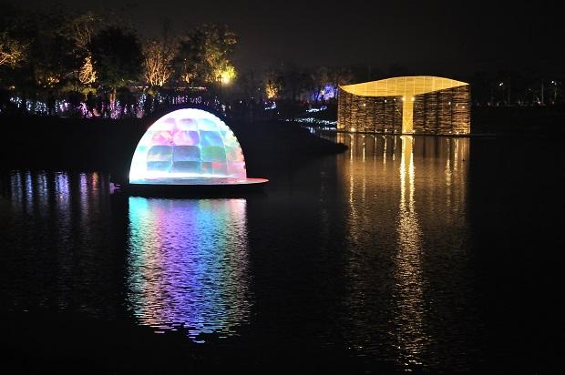 月津港燈節全區走完約2小時,每區都有不同的風景。圖中作品「Falling Moon」(意指落月,左)、「致,更好」為推薦必看亮點。(黃明堂攝)