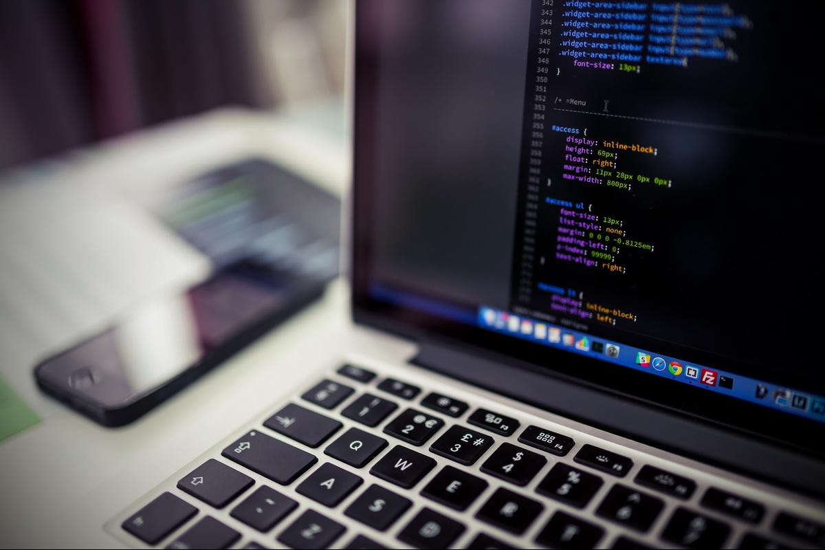 Computer laptop screen na may website code para sa global rock church media ministry