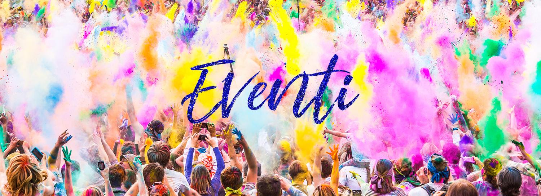 Folle di persone fuori di divertirsi durante il festival di colore mostrando eventi e celebrazioni