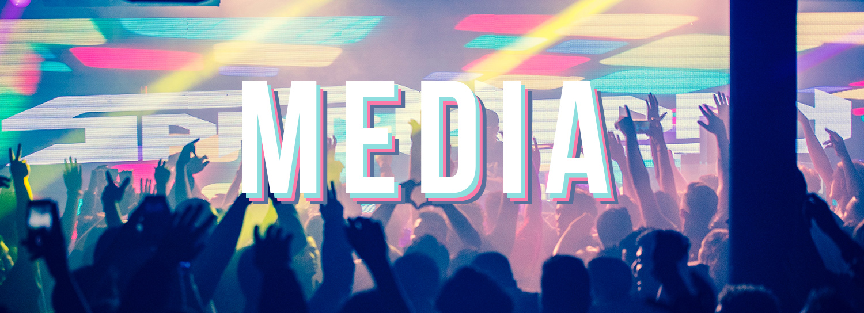 Eccitata folla felice all'evento di ballo musicale al concerto guardando video e media