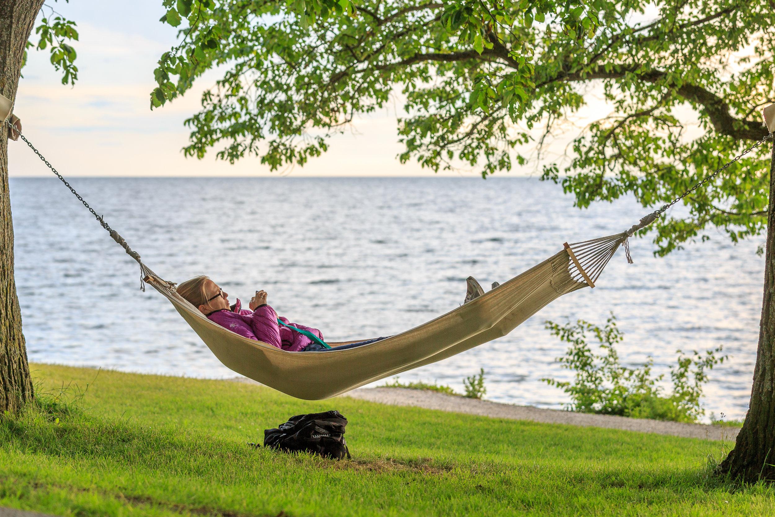 Relaxing_in_the_hammock_by_the_sea_near_Almedalen.jpg