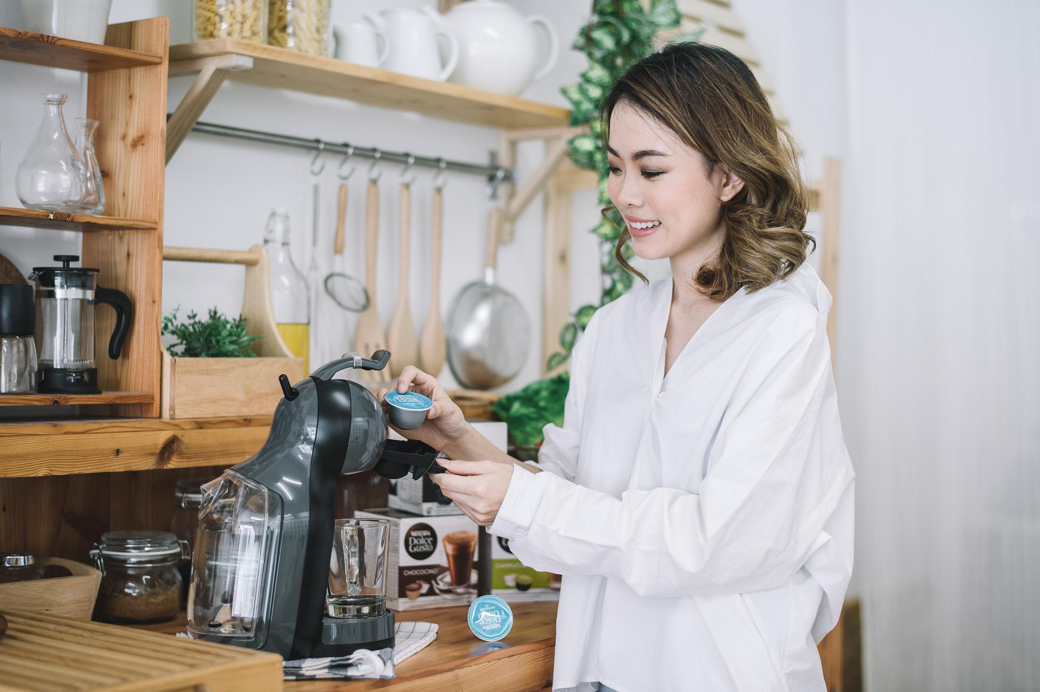 หลายๆคนก็อาจจะสงสัยนะคะ ว่าเครื่องชงกาแฟแบบนี้ทำอย่างไร ต้องบอกเลยนะว่าง่ายมากๆ ไม่จำเป็นต้องมีฝีมืออะไรมากมาย แต่สามารถทำกาแฟที่บ้านได้รสชาติเดียวกับที่ร้าน เพียงแค่ใส่แคปซูลลงไปในเครื่อง แค่นี้ก็ได้แล้วค่ะ โอ้โหไม่น่าเชื่อใช่ไหมล่ะคะแถมยังมีรสชาติให้เลือกกว่า 12 เมนูอีกด้วยค่ะเอาละเจนจะมาโชว์ให้ดูเลยว่าเครื่องชงกาแฟแคปซูลอัตโนมัติ NESCAFÉ Dolce Gusto รุ่น Mini Me ใช้งานยังไงบ้างนะคะ