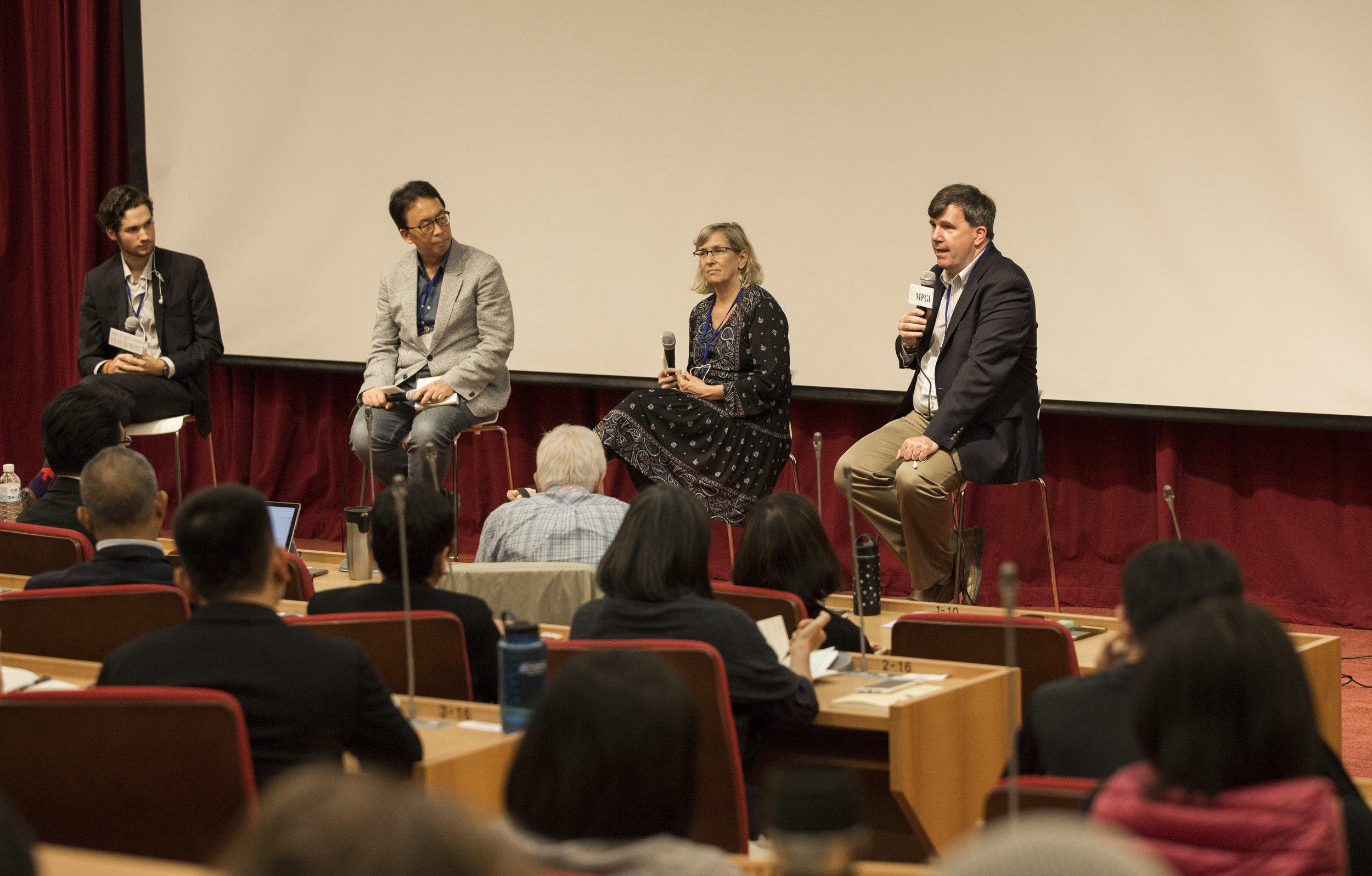 (左起) 綜合座談與談人Max Schubert,主持人鄭同僚, 講者Laurie Ewert-Krocker, Michael Waski.JPG