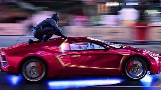 Batman sobre el coche del Joker en Suicide Squad.