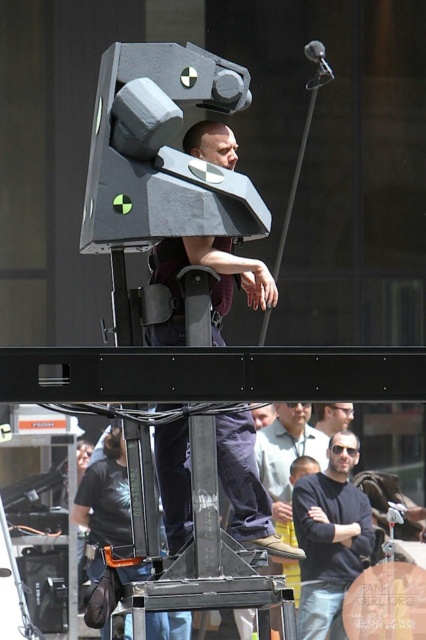 Foto de Paul Giamatti dentro de la estructura que lo convertirá (tras mucha edición de ordenador) en Rhino, dejando así ver que Rhino es un tío con armadura. Pero sin la belleza ni dinero de Tony Stark.