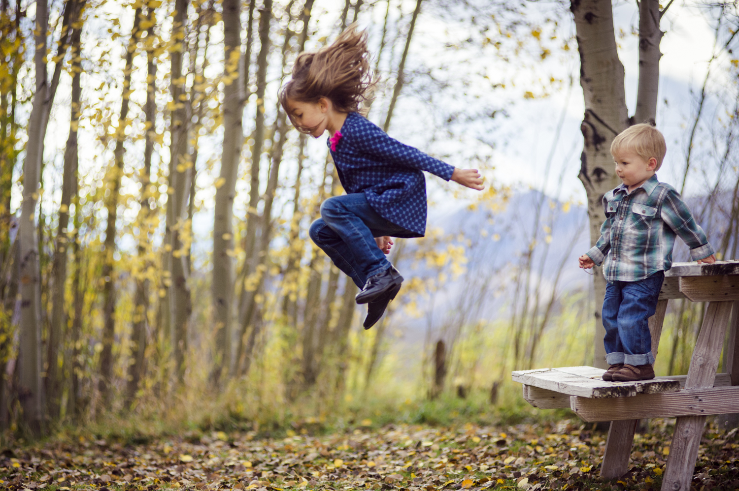 fall_lifestyle_family_leaves_candid_playing-001.jpg