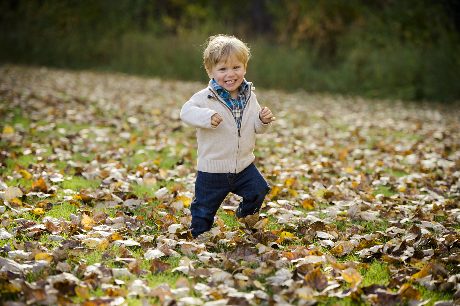 fall_lifestyle_family_leaves_candid_playing-002.jpg
