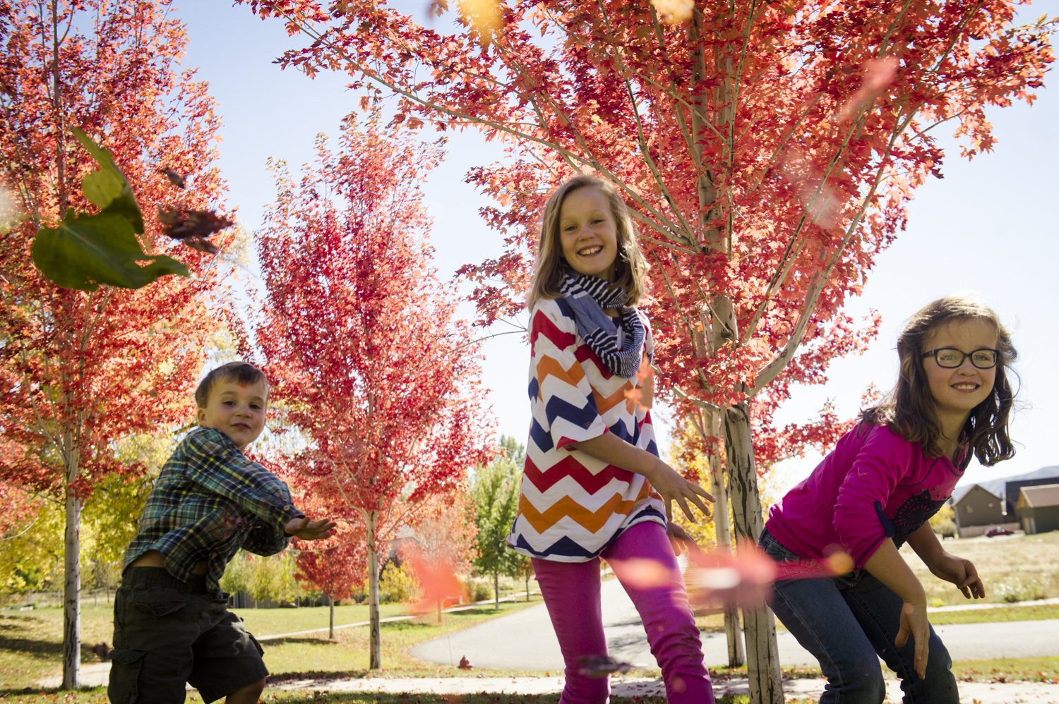 fall_lifestyle_family_leaves_candid_playing-004.jpg