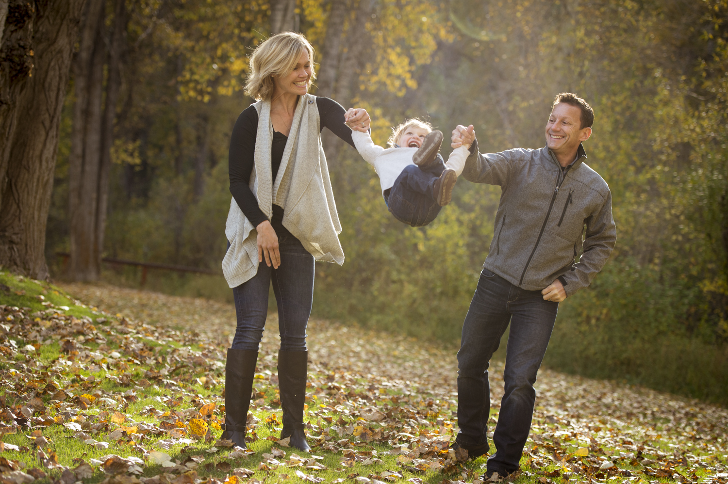 fall_lifestyle_family_leaves_candid_playing-010.jpg