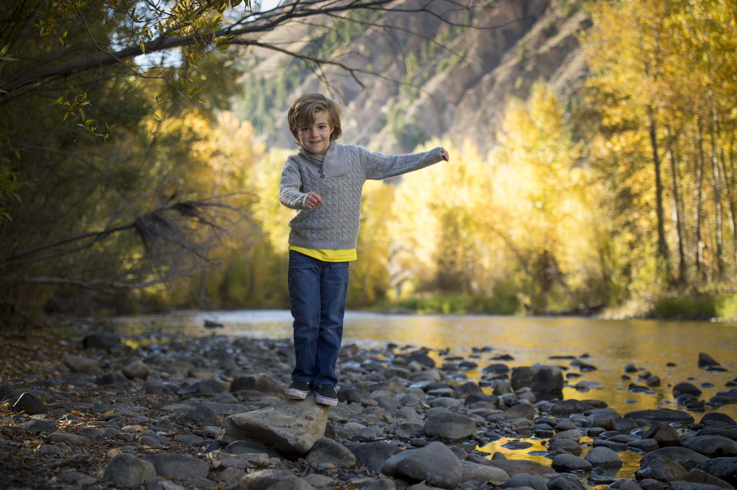 fall_lifestyle_family_leaves_candid_playing-011.jpg