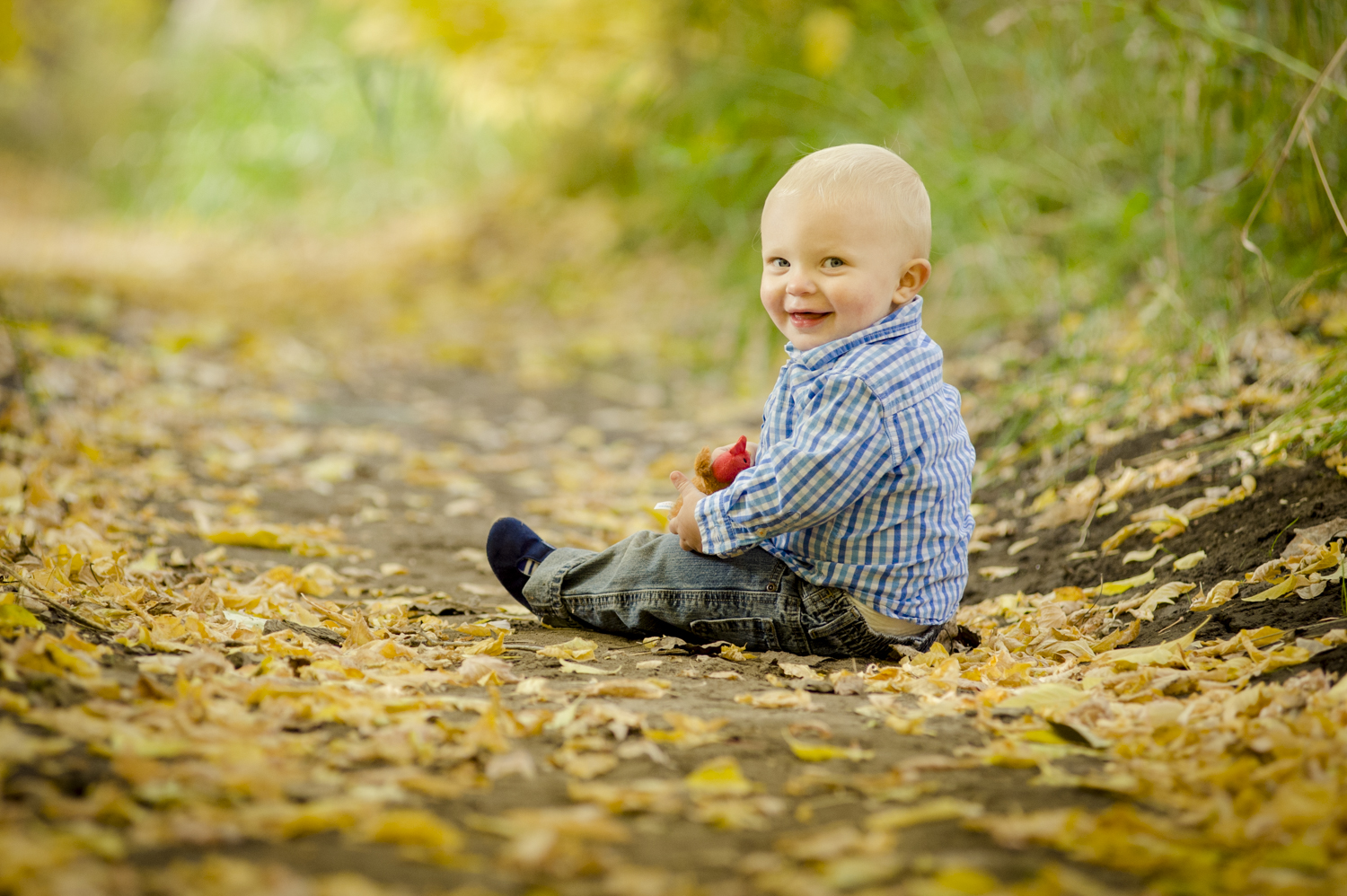 fall_lifestyle_family_leaves_candid_playing-013.jpg