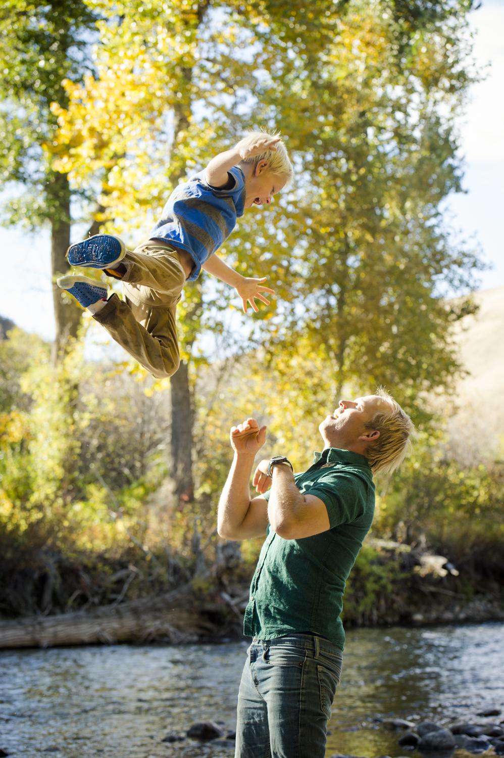 fall_lifestyle_family_leaves_candid_playing-012.jpg