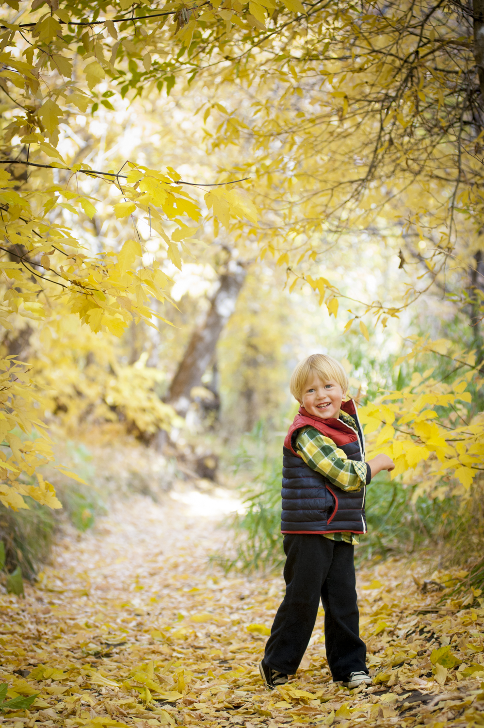 fall_lifestyle_family_leaves_candid_playing-018.jpg